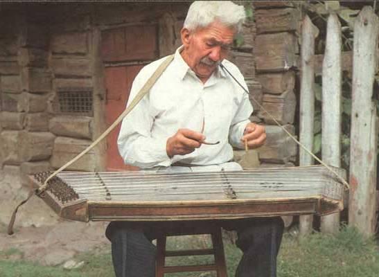 Цимбалист играет на инструменте